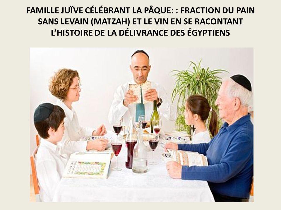 FAMILLE JUÏVE CÉLÉBRANT LA PÂQUE: : FRACTION DU PAIN SANS LEVAIN (MATZAH) ET LE VIN EN SE RACONTANT LHISTOIRE DE LA DÉLIVRANCE DES ÉGYPTIENS