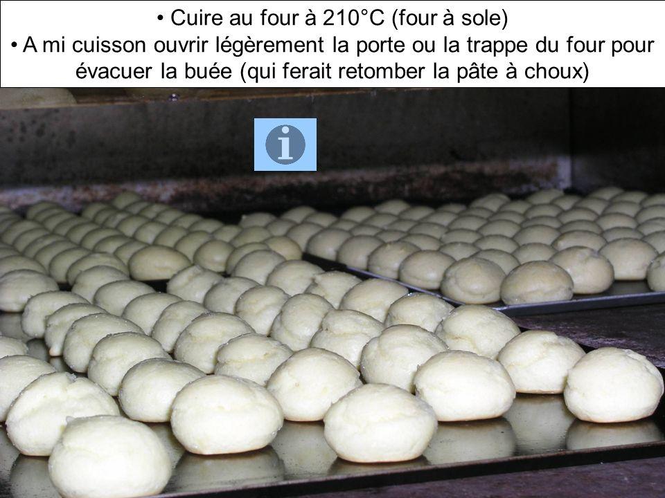 Cuire au four à 210°C (four à sole) A mi cuisson ouvrir légèrement la porte ou la trappe du four pour évacuer la buée (qui ferait retomber la pâte à c