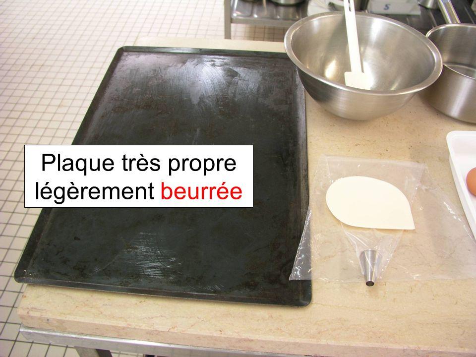 Verser leau dans la casserole Couper le beurre en morceaux