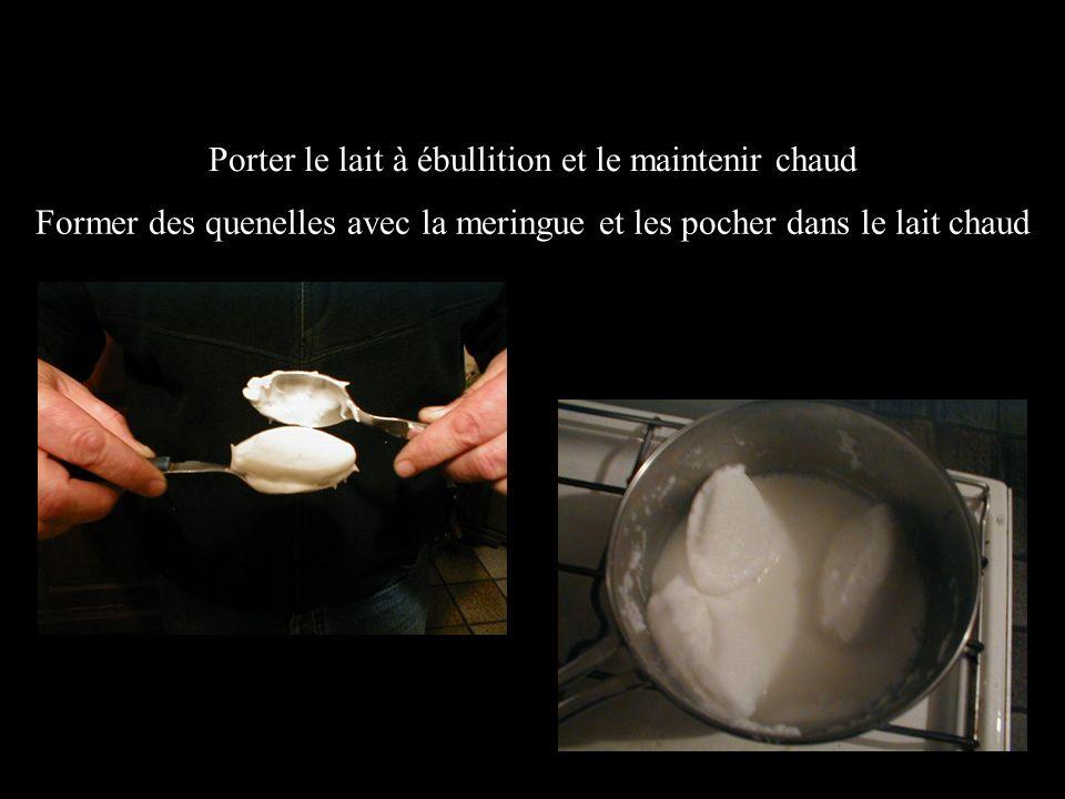 Porter le lait à ébullition et le maintenir chaud Former des quenelles avec la meringue et les pocher dans le lait chaud