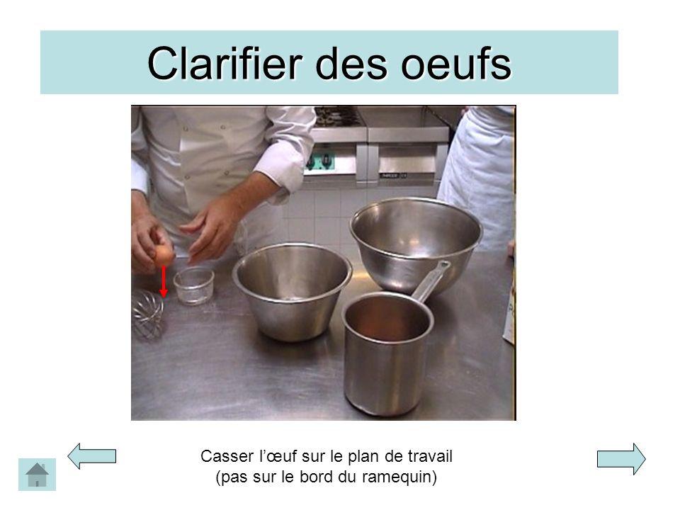 Clarifier des oeufs Casser lœuf sur le plan de travail (pas sur le bord du ramequin)