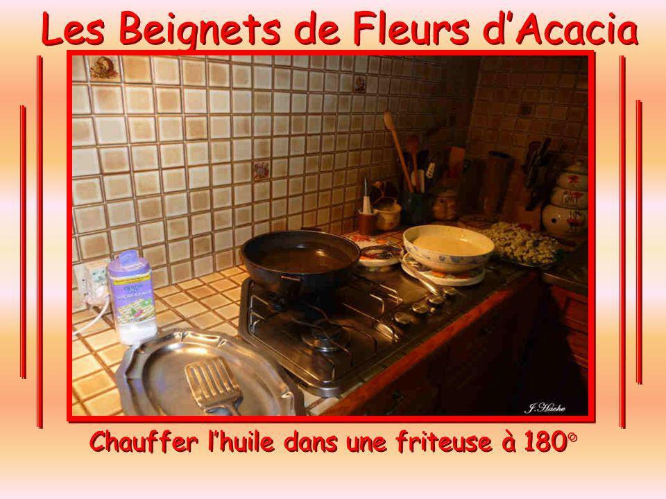 Les Beignets de Fleurs dAcacia Chauffer lhuile dans une friteuse à 180°