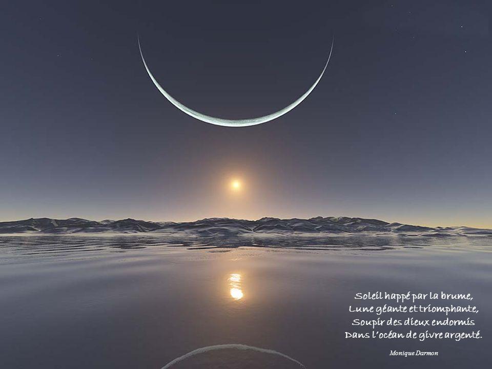 Soleil happé par la brume, Lune géante et triomphante, Soupir des dieux endormis Dans locéan de givre argenté. Monique Darmon