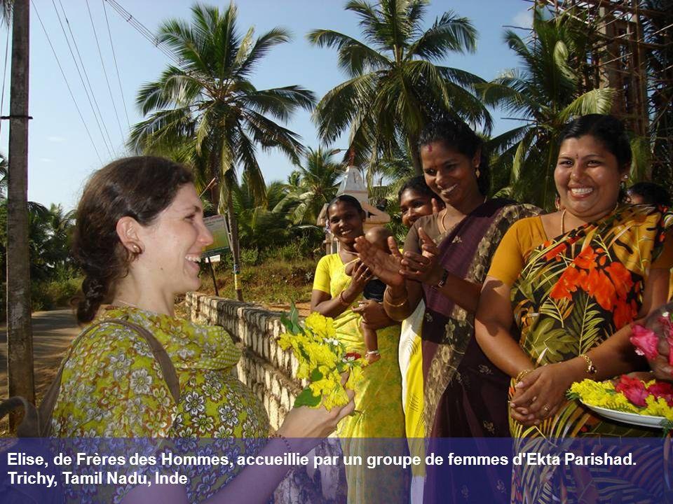 Elise, de Frères des Hommes, accueillie par un groupe de femmes d'Ekta Parishad. Trichy, Tamil Nadu, Inde