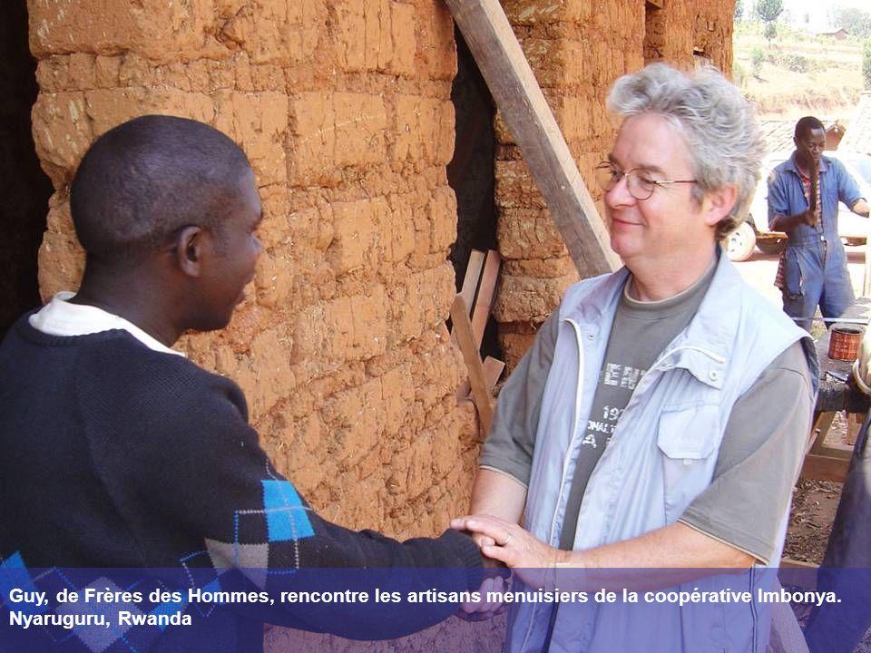 Guy, de Frères des Hommes, rencontre les artisans menuisiers de la coopérative Imbonya. Nyaruguru, Rwanda