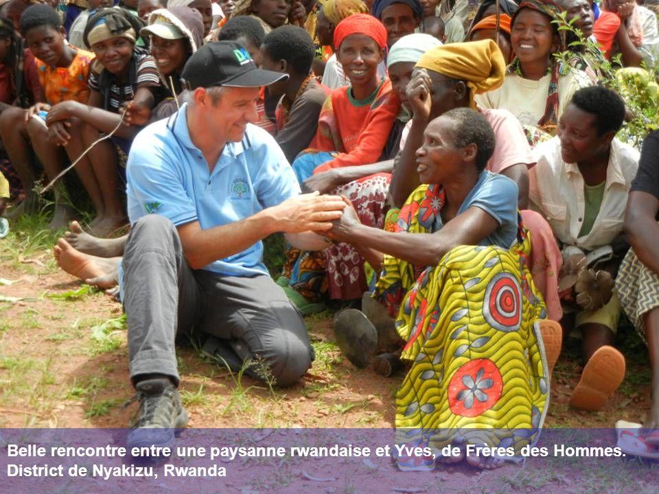 Belle rencontre entre une paysanne rwandaise et Yves, de Frères des Hommes. District de Nyakizu, Rwanda