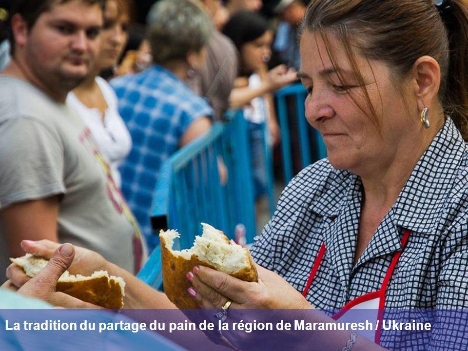 La tradition du partage du pain de la région de Maramuresh / Ukraine