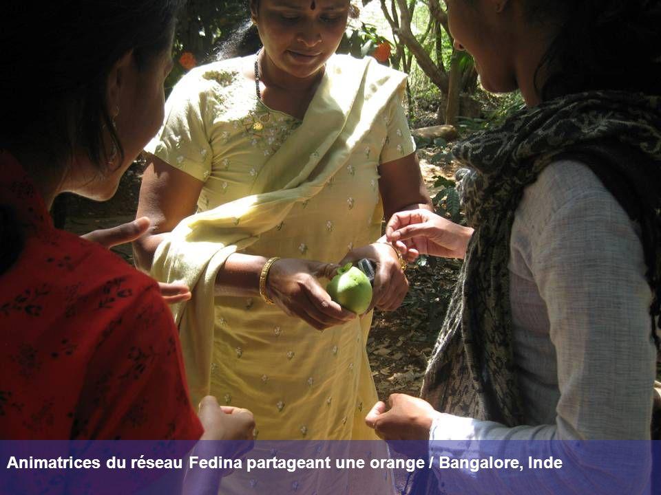Animatrices du réseau Fedina partageant une orange / Bangalore, Inde