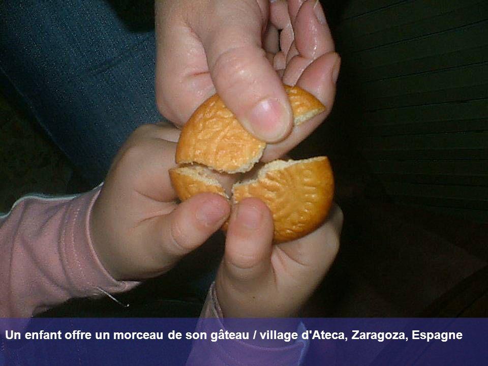 Un enfant offre un morceau de son gâteau / village d'Ateca, Zaragoza, Espagne