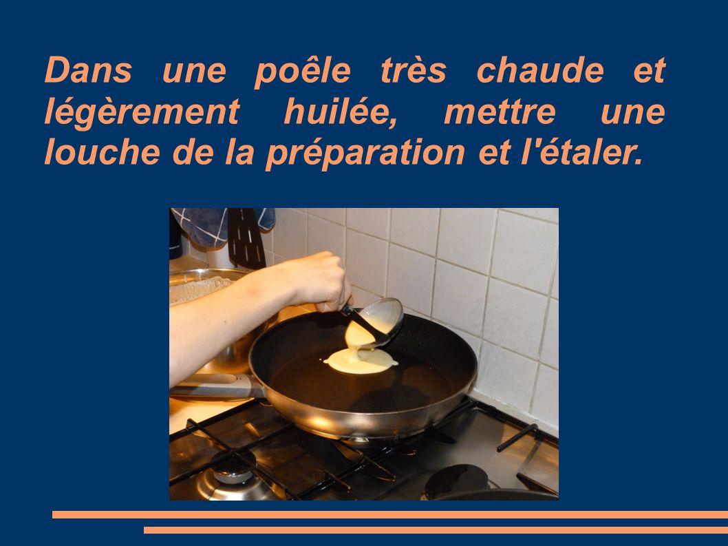 Dans une poêle très chaude et légèrement huilée, mettre une louche de la préparation et l'étaler.