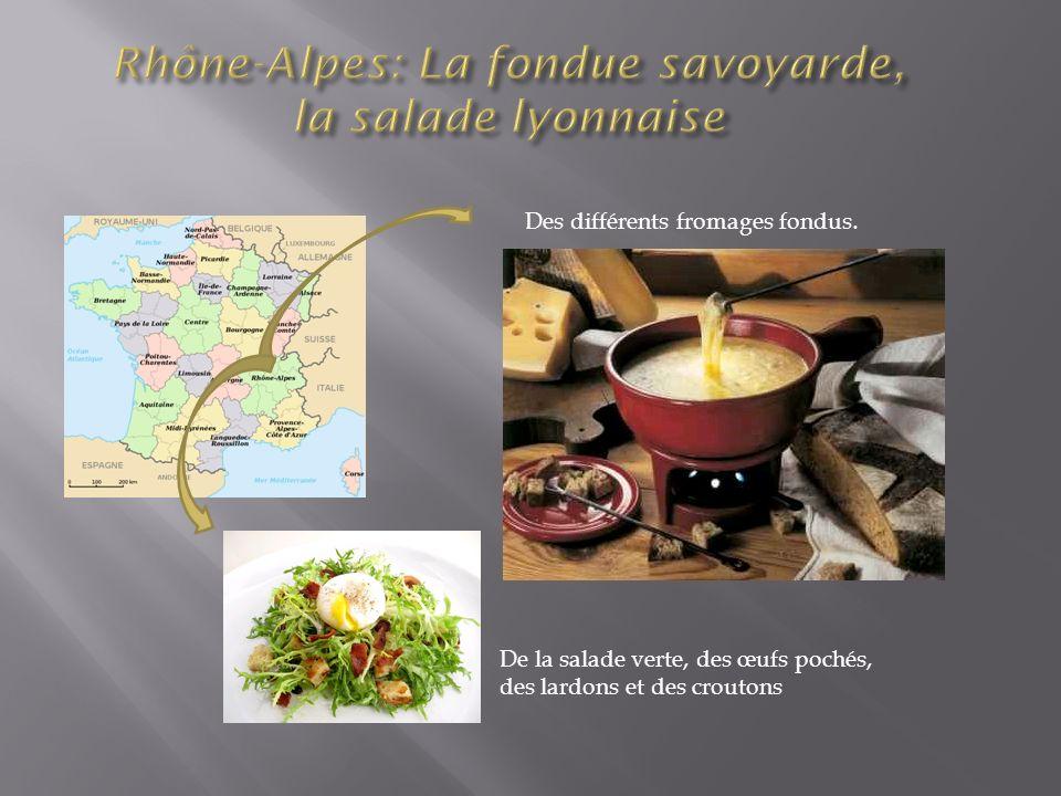 Des différents fromages fondus. De la salade verte, des œufs pochés, des lardons et des croutons