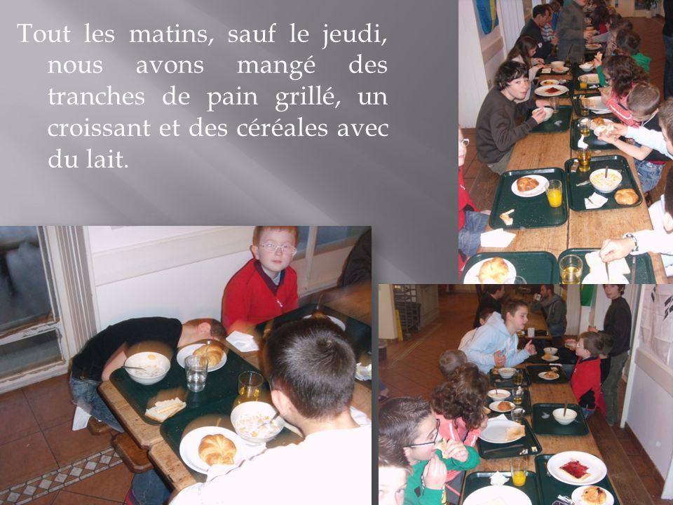 Tout les matins, sauf le jeudi, nous avons mangé des tranches de pain grillé, un croissant et des céréales avec du lait.