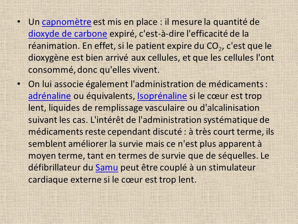 Un capnomètre est mis en place : il mesure la quantité de dioxyde de carbone expiré, c'est-à-dire l'efficacité de la réanimation. En effet, si le pati
