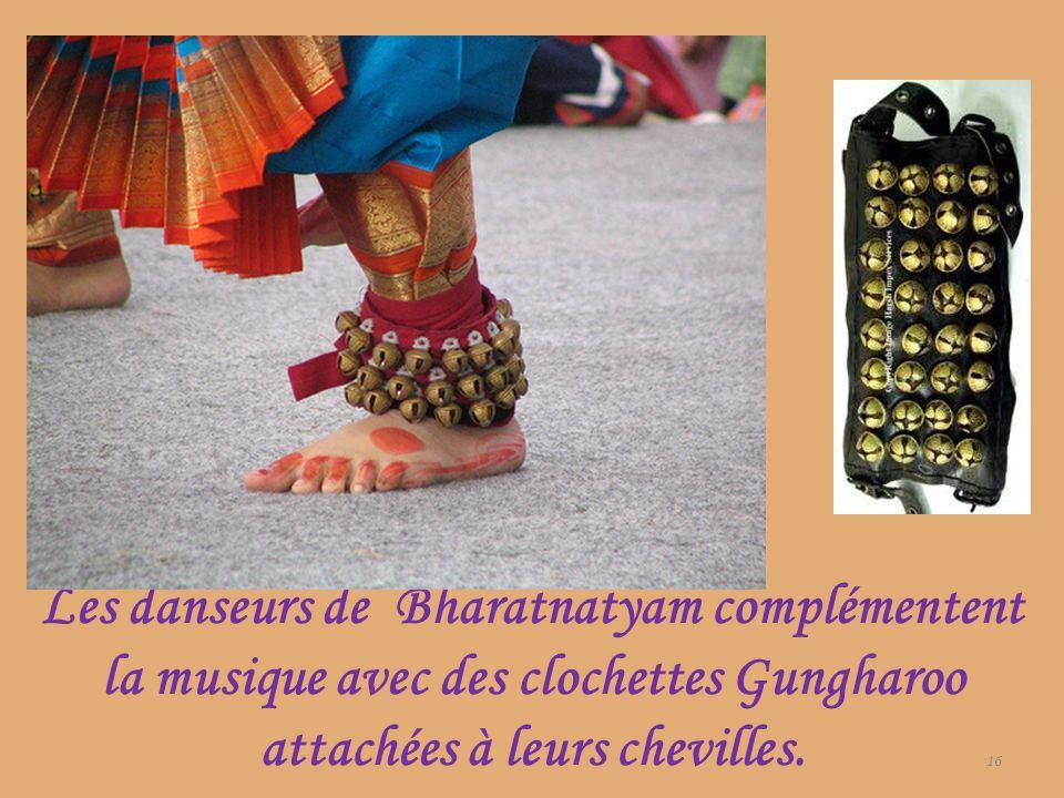 Les danseurs de Bharatnatyam complémentent la musique avec des clochettes Gungharoo attachées à leurs chevilles. 16