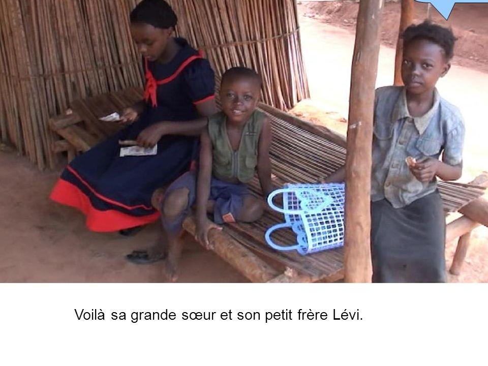 Voilà sa grande sœur et son petit frère Lévi.