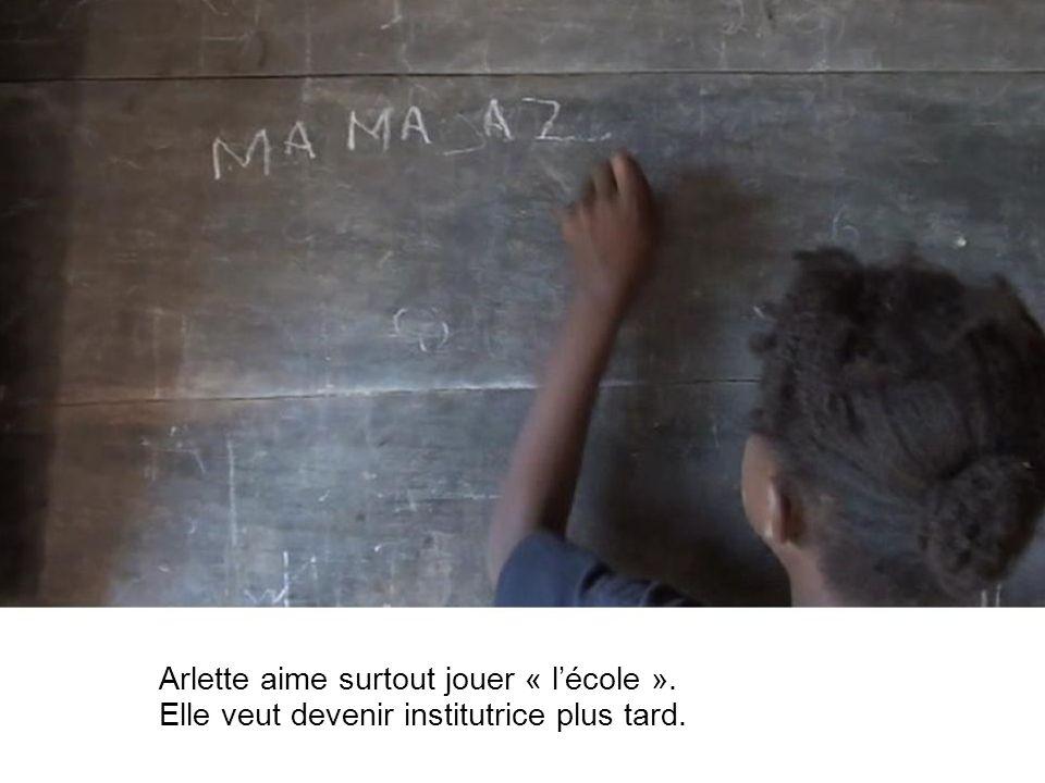 Arlette aime surtout jouer « lécole ». Elle veut devenir institutrice plus tard.