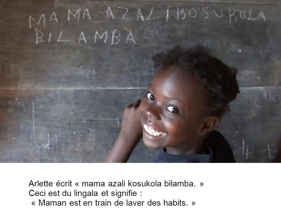 La grande sœur vient jouer avec elle. Elle écrit son nom : elle sappelle Hattie Nzolembi.
