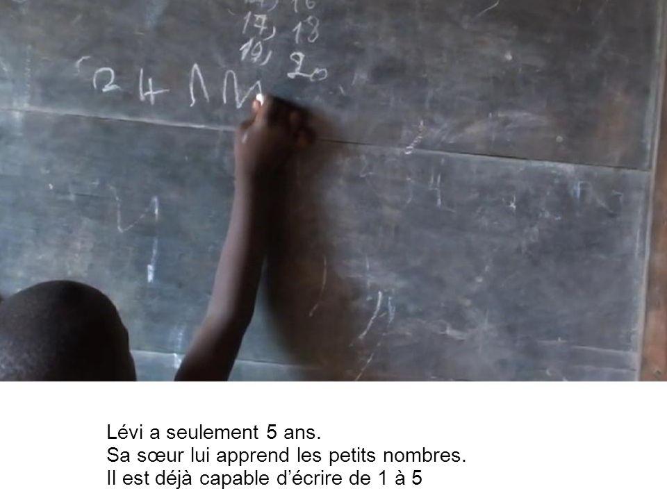 Lévi a seulement 5 ans. Sa sœur lui apprend les petits nombres.