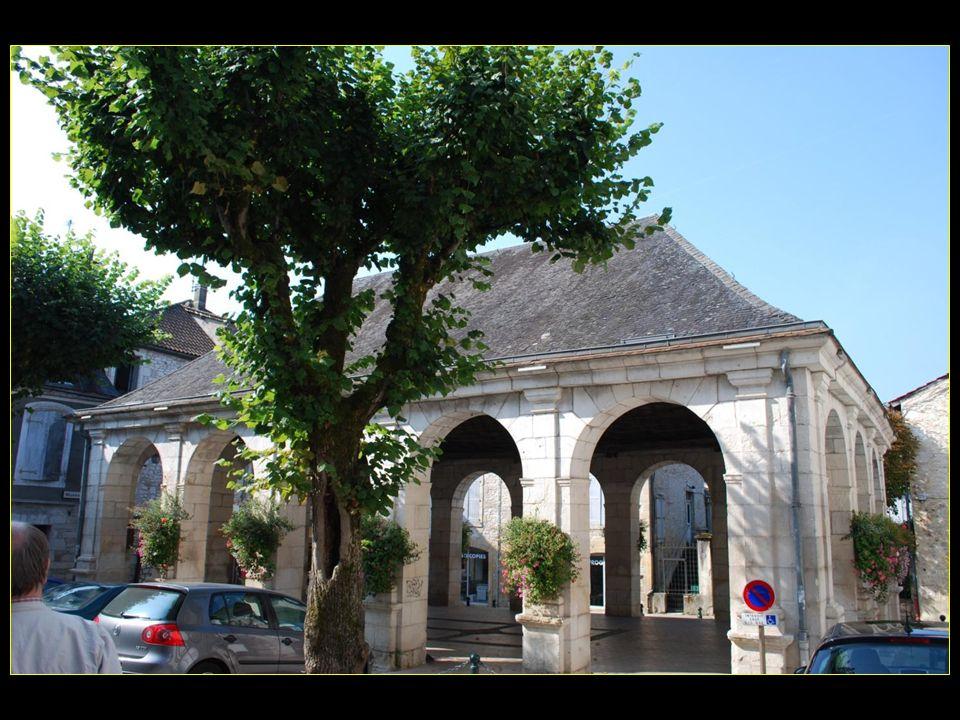 Place Dousset et la halle du XIXme siècle néo-classique