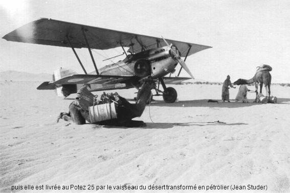 …puis elle est livrée au Potez 25 par le vaisseau du désert transformé en pétrolier (Jean Studer)