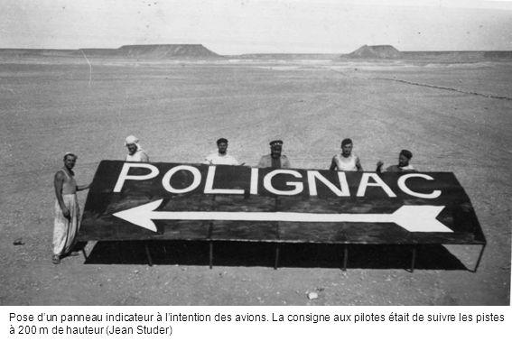 Pose dun panneau indicateur à lintention des avions. La consigne aux pilotes était de suivre les pistes à 200 m de hauteur (Jean Studer)