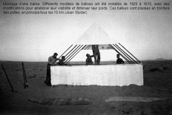 Montage dune balise. Différents modèles de balises ont été installés de 1929 à 1935, avec des modifications pour améliorer leur visibilité et diminuer
