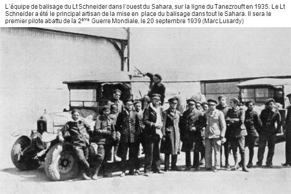 Léquipe de balisage du Lt Schneider dans louest du Sahara, sur la ligne du Tanezrouft en 1935. Le Lt Schneider a été le principal artisan de la mise e