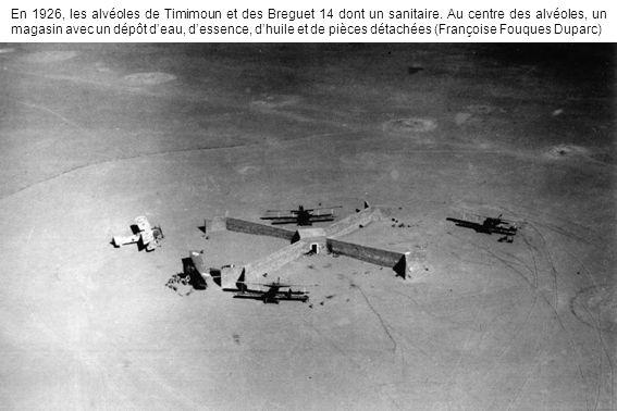 En 1926, les alvéoles de Timimoun et des Breguet 14 dont un sanitaire. Au centre des alvéoles, un magasin avec un dépôt deau, dessence, dhuile et de p
