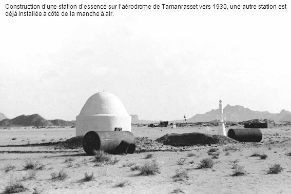 Construction dune station dessence sur laérodrome de Tamanrasset vers 1930, une autre station est déjà installée à côté de la manche à air.
