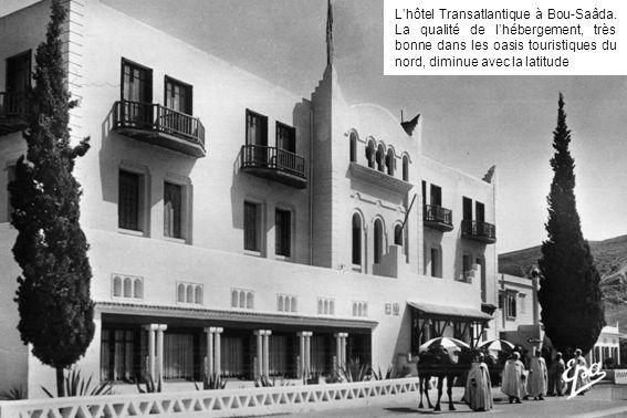 Lhôtel Transatlantique à Bou-Saâda. La qualité de lhébergement, très bonne dans les oasis touristiques du nord, diminue avec la latitude