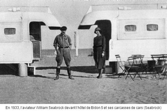 En 1933, laviateur William Seabrock devant lhôtel de Bidon 5 et ses carcasses de cars (Seabrock)