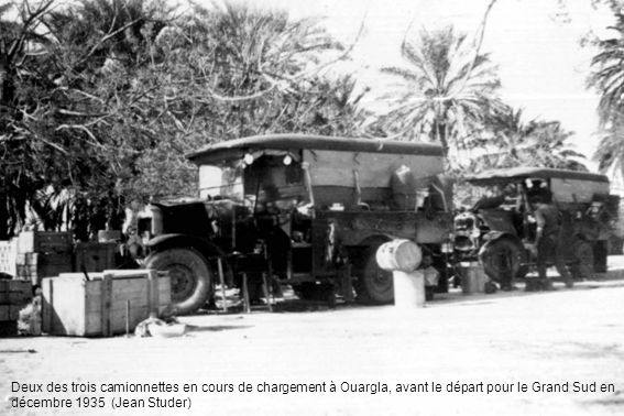 Deux des trois camionnettes en cours de chargement à Ouargla, avant le départ pour le Grand Sud en décembre 1935 (Jean Studer)
