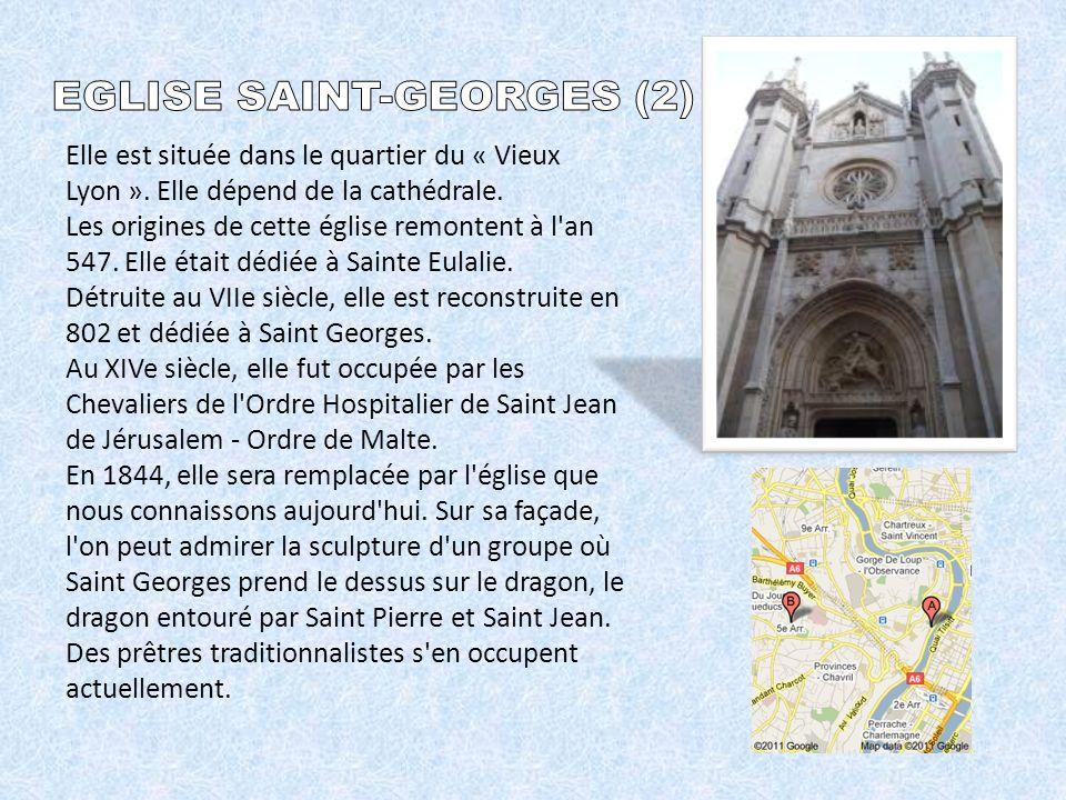 Elle est située dans le quartier du « Vieux Lyon ».