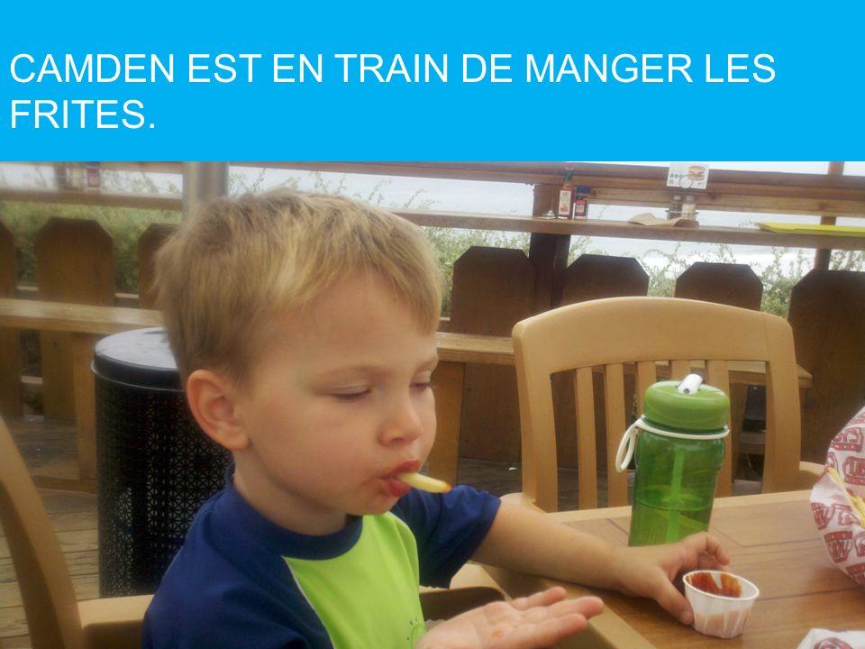 CAMDEN EST EN TRAIN DE MANGER LES FRITES.