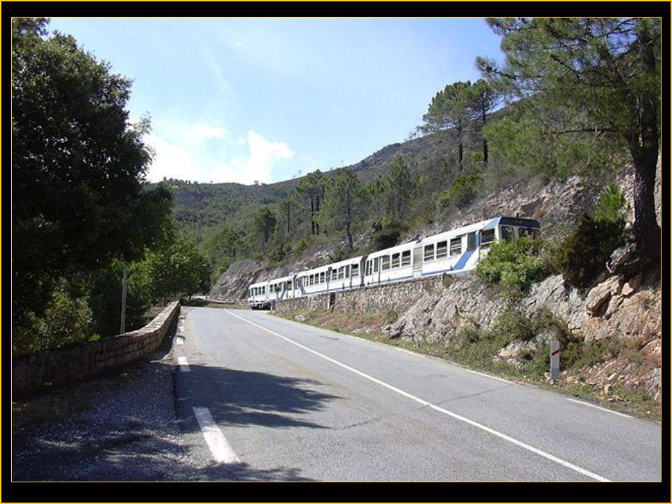 Les chemins de fer en Corse sont assez folkloriques car ils traversent des paysages de montagne magnifiques pour relier Bastia –Cortes-Ajaccio ou Pont
