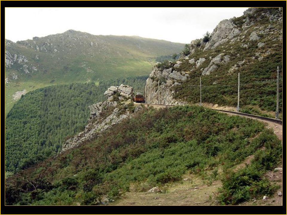 Le petit train de la Rhune Le petit train de la Rhune situé au pays Basque est un situé au pays Basque est un des rares trains à crémaillère en des ra