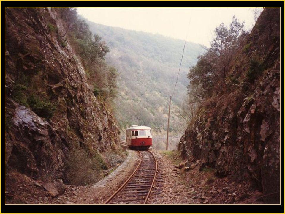 Le chemin de fer du Vivarais > > à voie métrique relie Tournon à Lamastre en Ardèche, en longeant les gorges du Doux. les gorges du Doux.