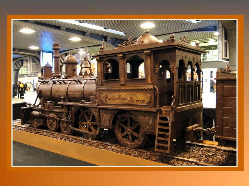 Le train est remorqué àux 2 extrémités par 2 voitures. Ici, Inspiration fin 19eme(western)