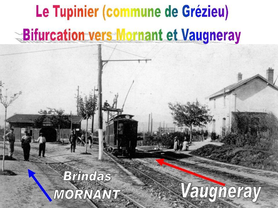 La motrice électrique Vierzon n° FOL 4 stationne à la bifurcation de Grézieu – Le Tupinier avec un wagon dinspection de la ligne aérienne. (Vers 1900)