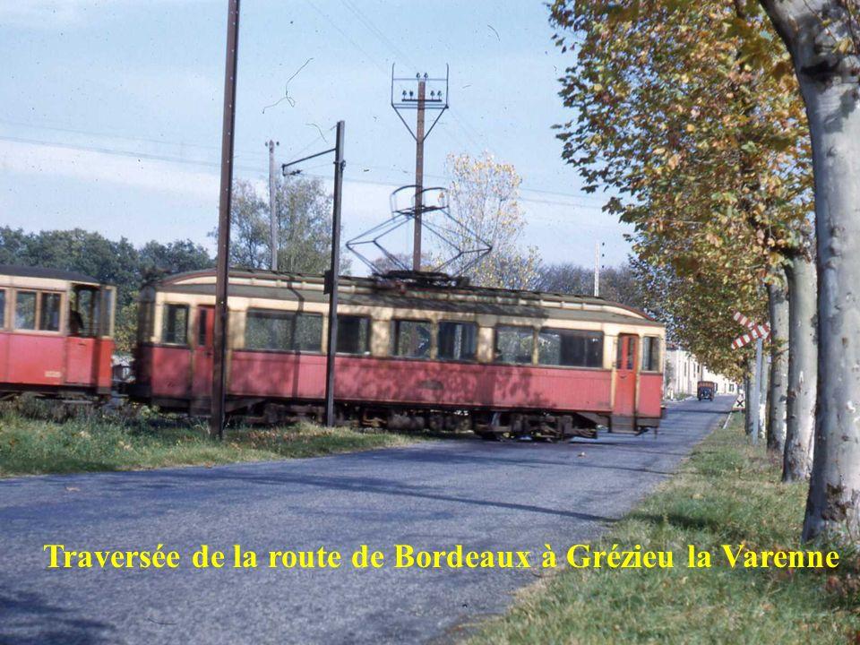 Le Tupinier – 1954 – Une Manage est stationnée sur lamorce de lancienne ligne de Mornant fermée depuis 1933 – Une rame arrive de Vaugneray