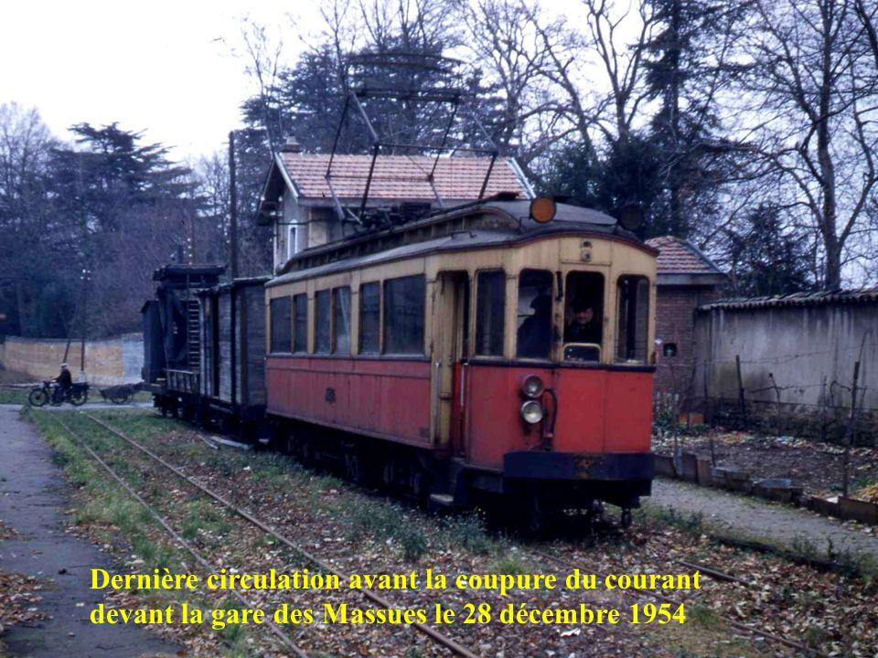 Retour du dernier voyage le 2 novembre 1954 à 21 h 30 en gare de Saint-Just – Cest la fin de lOuest Lyonnais !