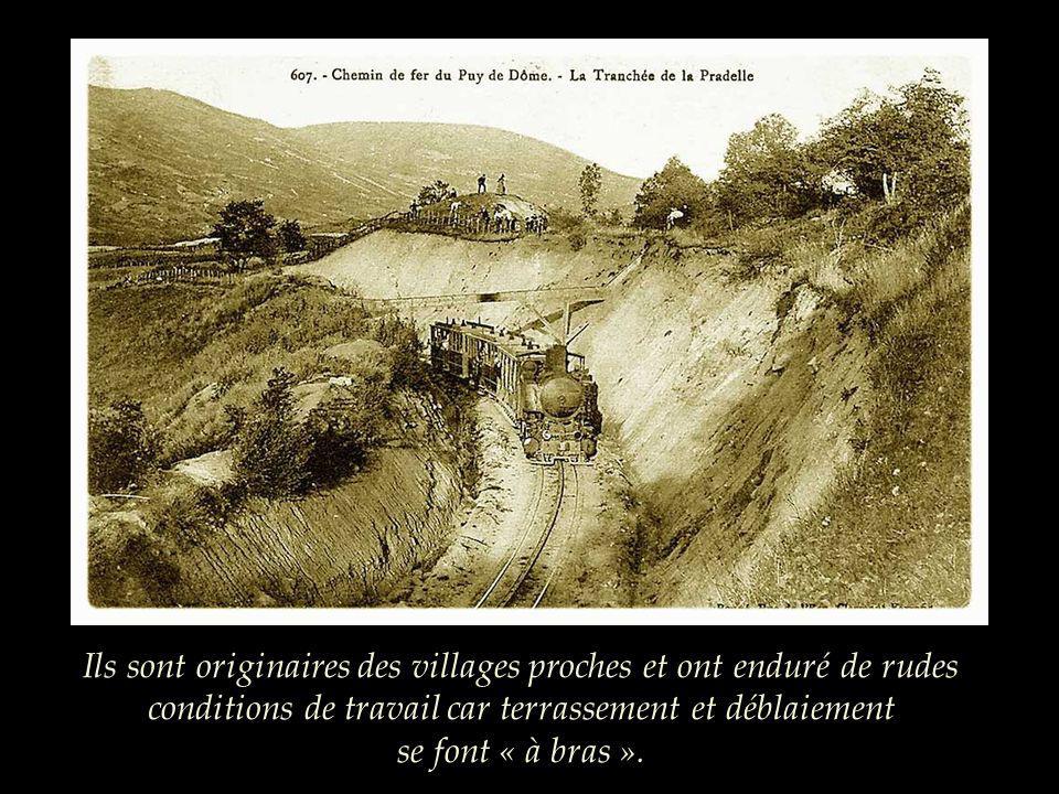 Le convoi sélève au-dessus de la ville et traverse « la tranchée ». 150 à 350 terrassiers ont travaillé sur la totalité du chantier.
