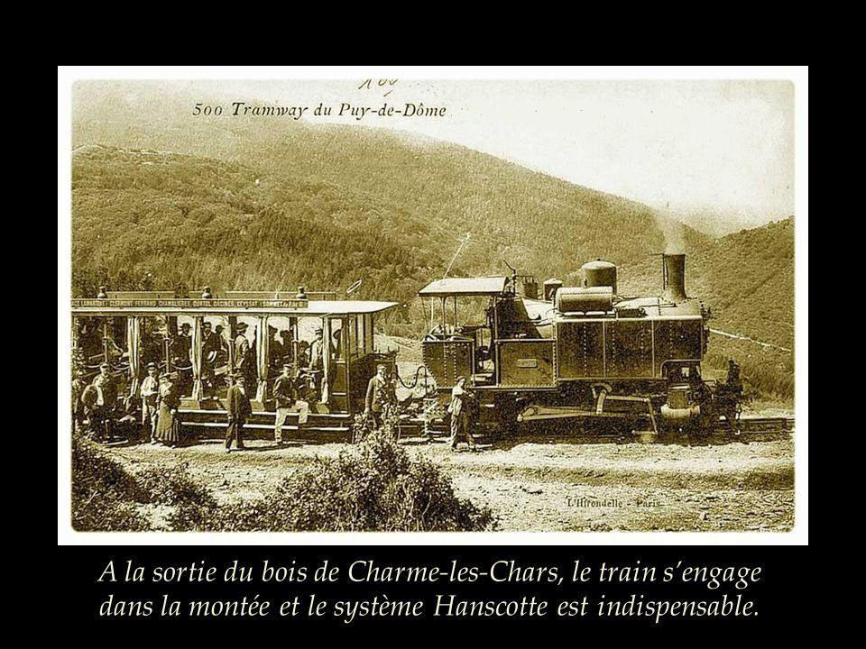 Pour gravir la montagne, la locomotive ne tire que 2 voitures et seules 80 personnes peuvent continuer le voyage.