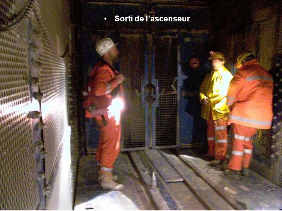 Sur le chantier, les mineurs se relaient 24 heures sur 24, avec une température d'environ 28 degrés. Un ascenceur remonte les ouvriers à la surface, 8
