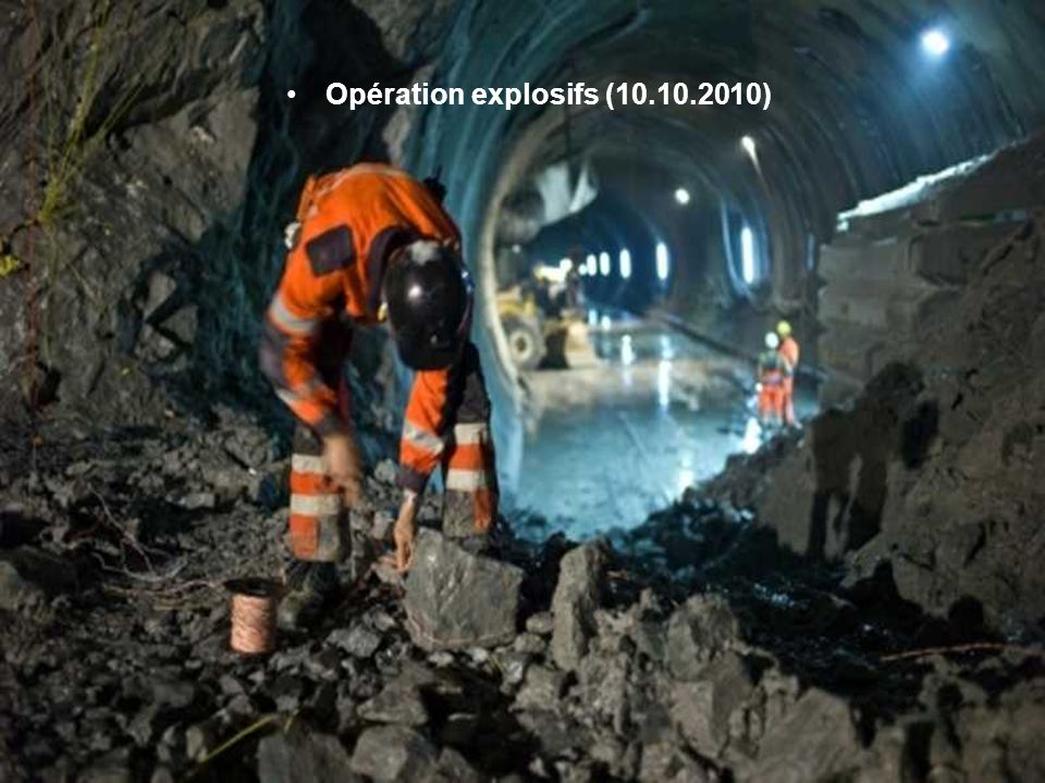 Les mineurs préparent des explosifs pour prolonger l'ouverture du tunnel (13.10.2010)
