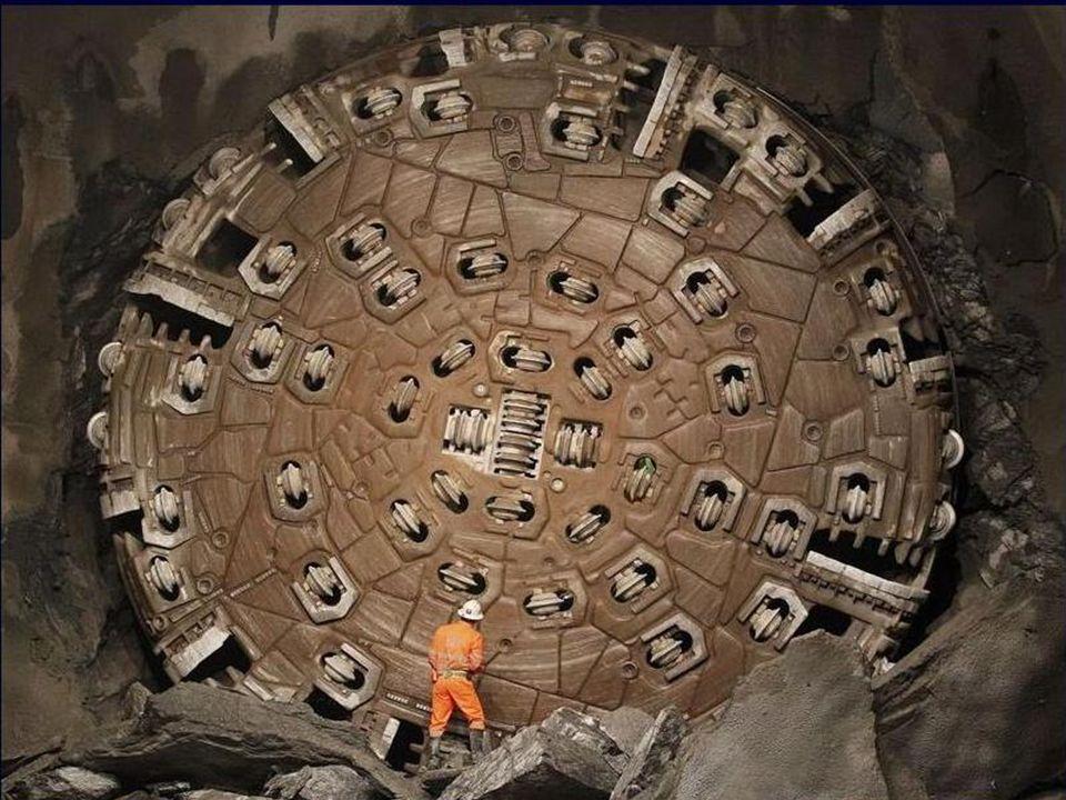 Une gigantesque foreuse fait tomber un mur de pierre pour la construction du plus long tunnel du monde, au coeur des Alpes suisses, le 15 octobre 2010 près de Sedrun