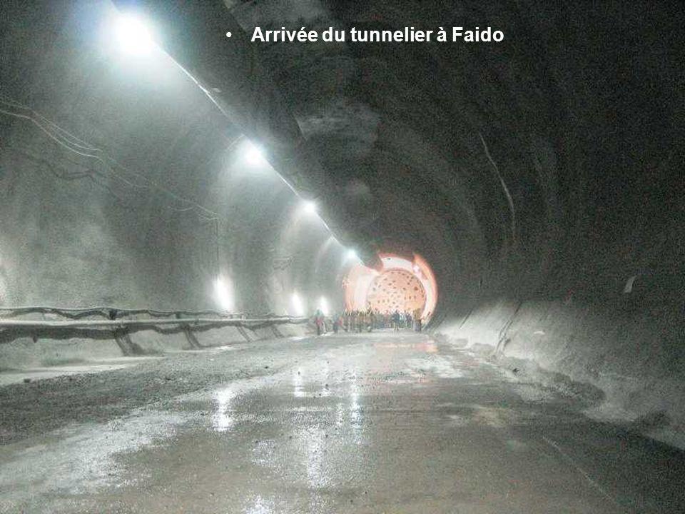 Les parois du tunnel sont assurées par des arcs de métal.