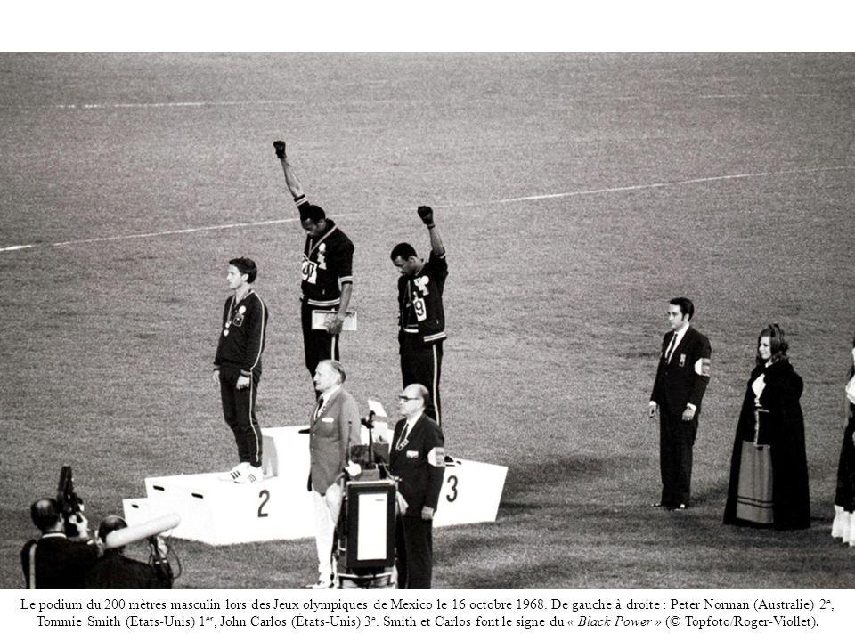 Le podium du 200 mètres masculin lors des Jeux olympiques de Mexico le 16 octobre 1968. De gauche à droite : Peter Norman (Australie) 2 e, Tommie Smit