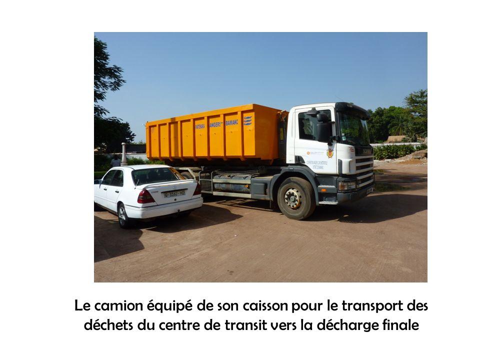 Le camion équipé de son caisson pour le transport des déchets du centre de transit vers la décharge finale