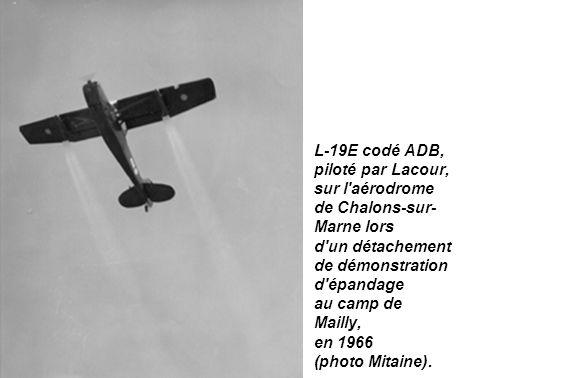L-19E codé ADB, piloté par Lacour, sur l'aérodrome de Chalons-sur- Marne lors d'un détachement de démonstration d'épandage au camp de Mailly, en 1966